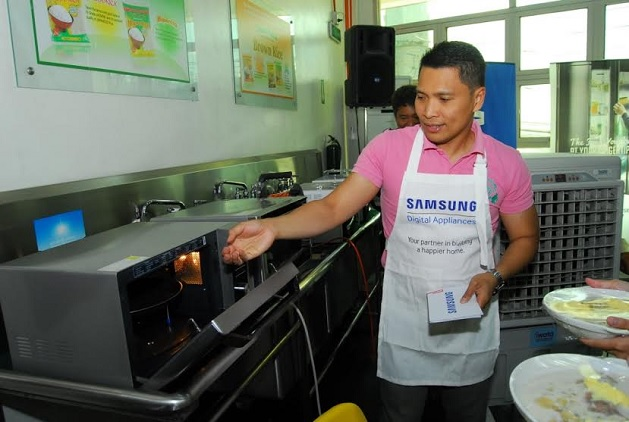 Master trainer for Digital Appliances Daye Barbatchano highlights the one-of-a-kind microwave heating function of the Samsung Smart Oven during the cooking tutorial.