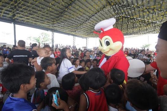 Jollibee entertains the community during the outreach program in Barangay Matiang, Bocaue, Bulacan.